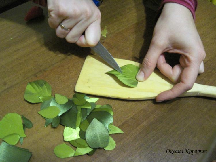 Вышивка лентами листа розы