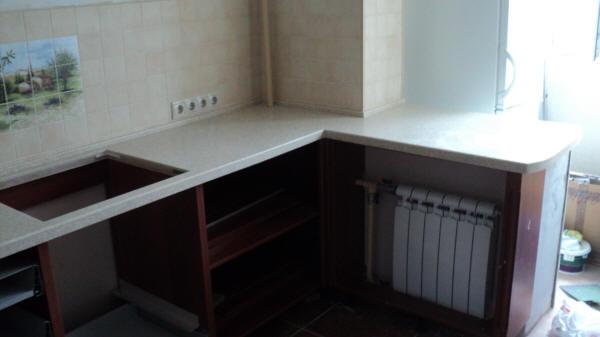 Установка столешницы между кухней и балконом.